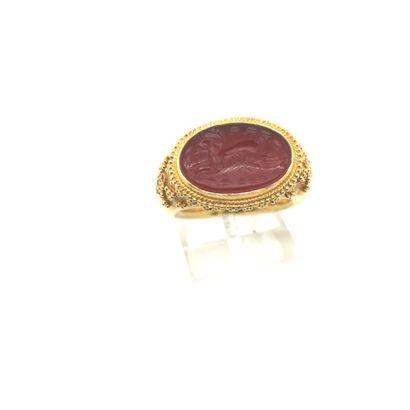 BAGUE en or (750) ornée d'une intaille ovale...