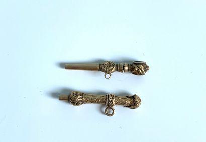 DEUX REMONTOIRS de montre en or (750).  Poids...