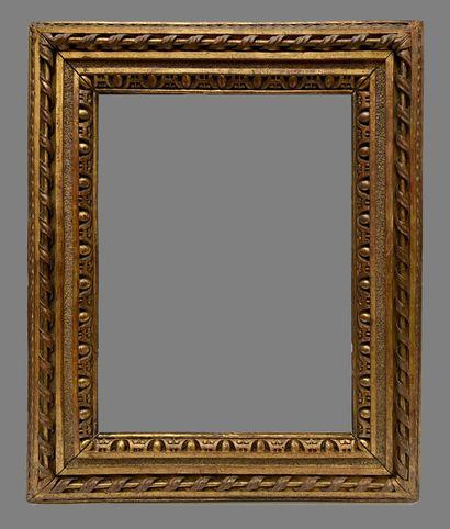 CADRE en bois sculpté et doré à décor d'entrelacs,...