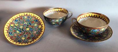 DEUX TASSES à thé et SOUS -TASSES en porcelaine...