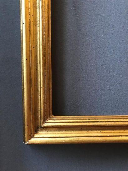 CADRE en sapin mouluré et doré.  Italie, XIXème siècle  37,5 x 27,5 x 5,5 cm