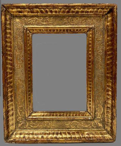 """CADRE dit """"à Cassetta"""" en bois mouluré, sculpté et doré à décor en reparure de rinceaux..."""