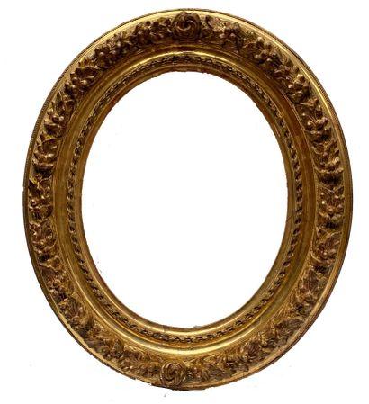 CADRE à vue ovale, en bois et stuc dorés,...