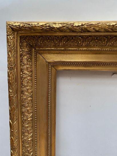 CADRE dit Barbizon en bois et stuc doré  Début XXème siècle  70,5 x 51 x 14,5 c...