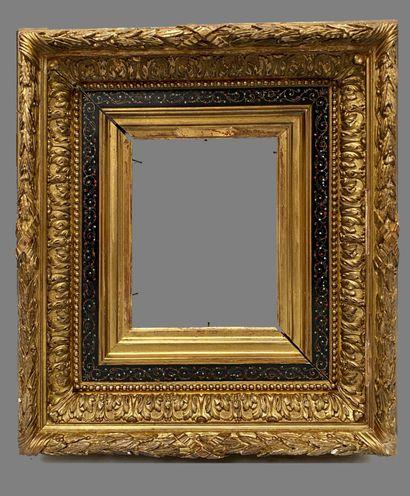 """CADRE dit """"Barbizon"""" en bois et stuc doré la feuillure bordée d'une frise de fin..."""