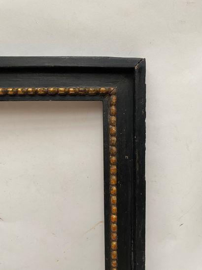 CADRE en bois mouluré, noirci et doré à décor de frises de perles  Italie, fin XVIIIème...