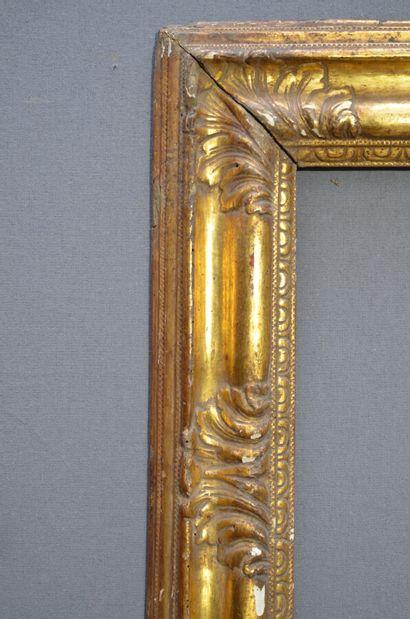 CADRE en noyer mouluré doré sculpté de feuilles d'acanthe et frise d'oves.  Italie,...