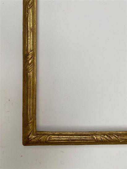 BAGUETTE en bois mouluré et doré à décor de faisceaux rubanés de feuilles d'acanthe...