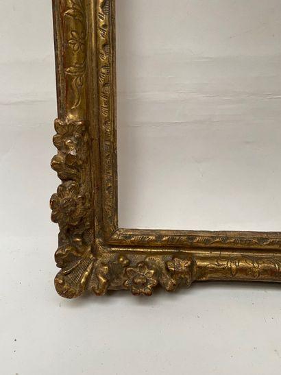 Petit CADRE en chêne sculpté et doré à coquille détachée bordée de fleurs dans les...
