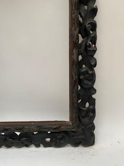 CADRE à profil renversé en bois sculpté et noirci de tors de lauriers et de larges...
