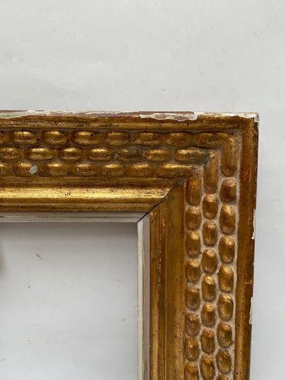 CADRE en bois sculpté, doré à décor de frises de chapelet estampillé Bouche (petits...