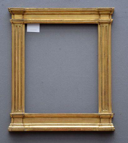 CADRE dit à tabernacle en bois sculpté et doré à décor architecturé, les montants...