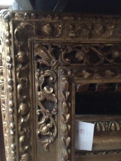 Grand CADRE en tilleul sculpté et doré dit « à cassetta » à tors de laurier, agrafes...
