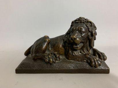 Ecole du XIXème siècle  Lion couché  Bronze...