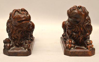 Paire de lions couchés  Noyer sculpté  XVIIème...