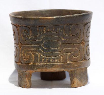 Vase tripode gravé  Sa forme classique est...