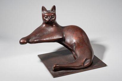 LHOSTE  Chat couché  Bronze à patine brun-rouge,...