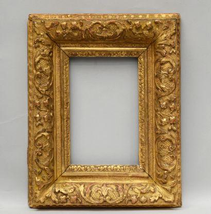 CADRE en chêne, sculpté et doré à décor de...