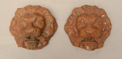 Paire de mufles de lion en terre cuite (petits éclats)  Haut : 11,5 cm