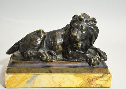 ANGLETERRE, vers 1820  Lion couché  Bronze à patine brune sur un socle rectangulaire...