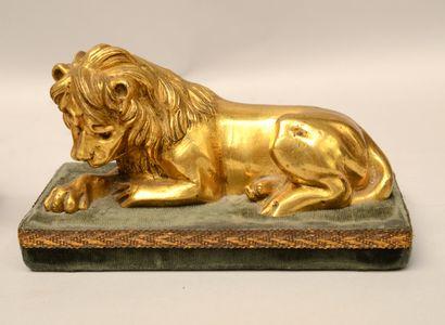 Ecole du XVIIIème siècle  Paire de lions couchés  Bronze doré sur un socle en velours...