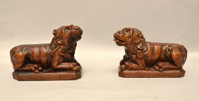 Paire de lions couchés  Noyer sculpté  XVIIème - XVIIIème siècle  12 x 19 x 8 c...