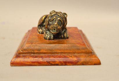 Ecole du XIXème siècle  Lion couché  Bronze argenté et doré sur une terrasse jaspe...