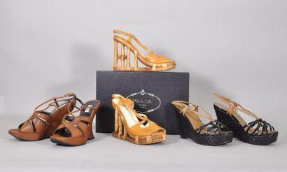 Paire de sandales compensées en cuir marron,...
