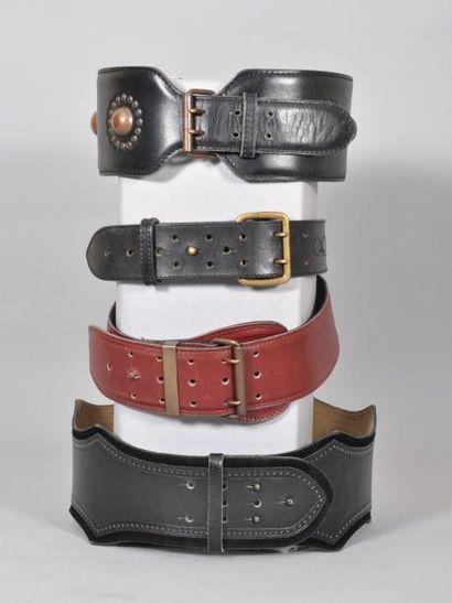 Une ceinture en cuir et daim noir ALAIA