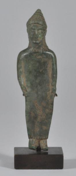 Statuette representant une femme debout,...