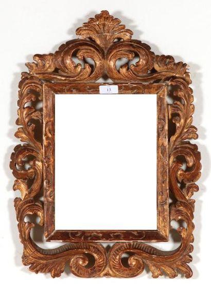 CADRE en bois sculpté et doré à décor ajouré...