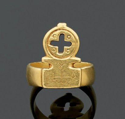 BAGUE-clé ornée d'une croix ajourée et gravée...