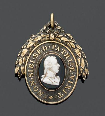 MÉDAILLON-pendentif du Pitt Club serti d'un...