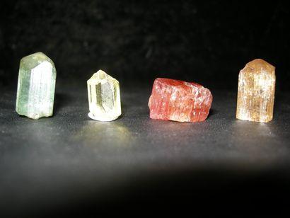 Lot de quatre jolis petits cristaux gemmes...