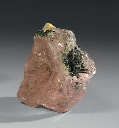 Un cristal fort incomplet (cassures sur deux...