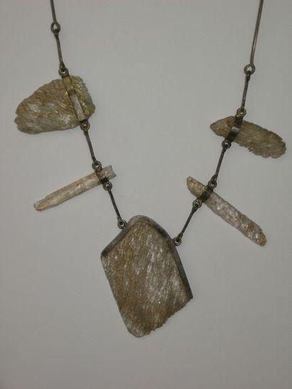 Collier constitué d'une chaine portant 5...