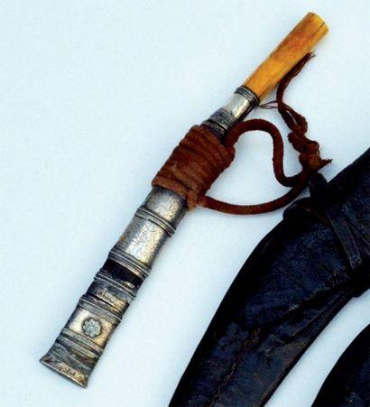 POIGNARD. Monture en ivoire et bague intérieure...