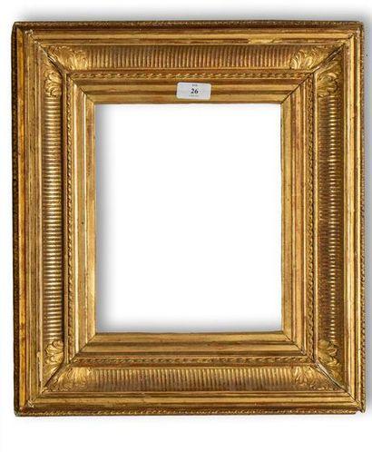 CADRE en bois et stuc dorés dit «à canaux»...
