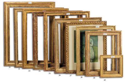 BAGUETTE en bois sculpté et doré, à décor...