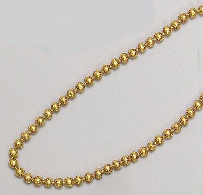 COLLIER de perles d'or à décor filigrané...