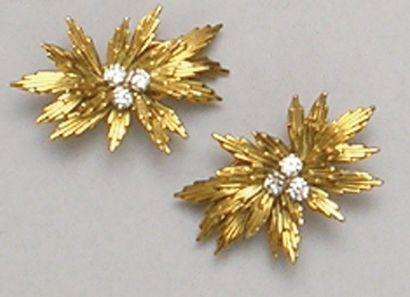 Paire de CLIPS D'OREILLES «fleurs» en or...