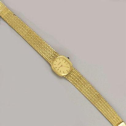 BRACELET MONTRE ovale de femme en or jaune,...