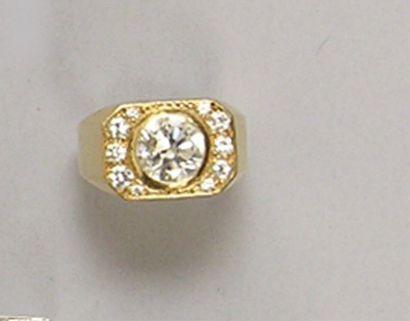BAGUE en or jaune, ornée d'un diamant brillanté...