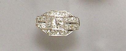 BAGUE en platine centré d'un diamant brillanté...
