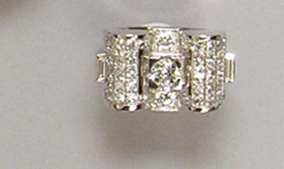 BAGUE en platine centré d'un diamant central...