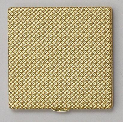 POUDRIER carré, en or jaune tressé. Travail...