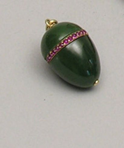 PENDENTIF OEUF en jade jadéite à monture...