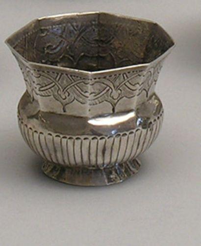 TCHARKA en argent ciselé de forme octogonale....