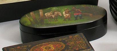 BOITE ovale en carton bouilli laqué à décor...