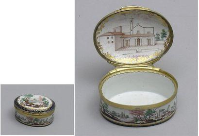 TABATIERE ovale en porcelaine à décor polychrome...